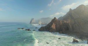 Былинные скалы и взгляд океанских волн акции видеоматериалы