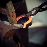 Бьющ накалять молотком стальной - к куй железо, пока горячо Стоковое Изображение RF