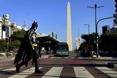 Бэтмэн идет через улицы Буэноса-Айрес стоковые изображения rf