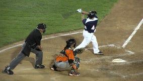 Бэттер бейсбола ударяет шарик, успех, достижение видеоматериал