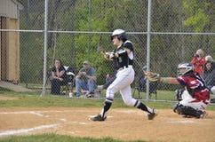 Бэттер в бейсбольном матче средней школы стоковые фотографии rf