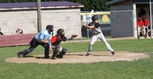 Бэттер готовый для того чтобы отбросить на бейсболе Стоковые Изображения RF