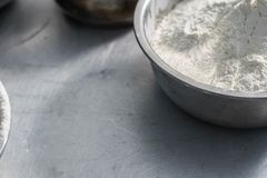 Бэттер муки и хлеба внутри стального шара стоковое фото
