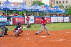 Бэттер около для того чтобы ударить шарик в бейсбольном матче Стоковые Фото