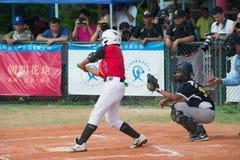 Бэттер около для того чтобы ударить шарик в бейсбольном матче Стоковая Фотография