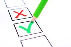 Бюллетень и зеленый карандаш для голосования стоковые фотографии rf