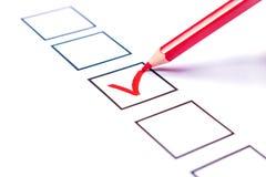 Бюллетень и красный карандаш голосуя за выбранный стоковые фото