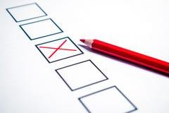 Бюллетень и красный карандаш для голосования стоковая фотография