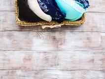 Бюстгальтеры женщины в корзине на деревянной предпосылке Стоковое Изображение