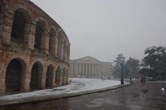 Бюстгальтер аркады под снегом, городом Вероны в Италии Стоковые Фото