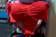 Бюстгальтер, девушка моды нижнего белья красная, магазин женское бельё на рынке ночи улицы Стоковое Фото