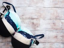 Бюстгальтер женщины установленный на деревянную предпосылку Стоковые Фото
