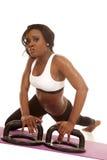 Бюстгальтер Афро-американского фитнеса женщины белый нажимает вверх смотреть извива Стоковая Фотография RF