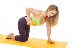 Бюстгальтер зеленого цвета женщины фитнеса утяжеляет разминку коленей Стоковая Фотография RF