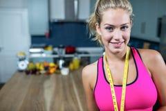 Бюстгальтер спорта подходящей женщины нося Стоковая Фотография