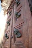 Бюсты на двери двери Mariacki стоковые изображения
