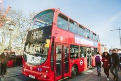 Бюст перехода башни к белой шине Лондона пола двойной палуба города Стоковые Фото
