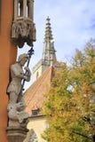 Благородный крестоносец с копьем над упаденными статуями дракона стоковое изображение