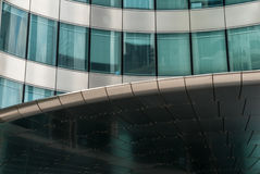 Благородный металл и отраженная стеклянная внешняя витрина магазина frontage Стоковая Фотография RF