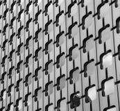 Благородный металл и отраженные стеклянные чернота и whi внешней витрины магазина frontage Стоковая Фотография RF