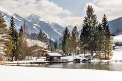 Благоустраивайте взгляд деревянных дома, озера и гор Стоковое Фото