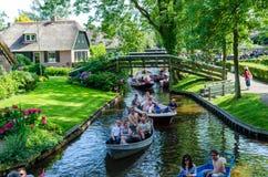 Благоустраивайте взгляд известной деревни Giethoorn с каналами и деревенскими домами соломенной крыши Стоковое Фото
