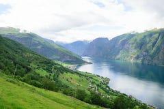 Благоустраивайте взгляд от высот вдоль крутого скалистого фьорда Стоковое Изображение RF