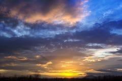 Благоустраивайте драматический заход солнца и небо восхода солнца с силуэтом t Стоковое Фото
