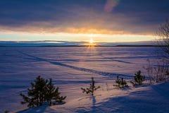 Благоустраивайте эскиз вечера ` s зимы, обозревая озеро Стоковые Изображения