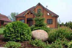 Благоустраивать на месте с загородным домом Стоковые Фото