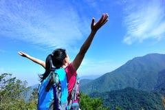 Благодарный альпинист женщины Стоковые Фото