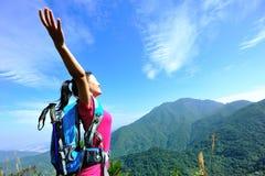Благодарный альпинист женщины Стоковая Фотография