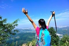 Благодарный альпинист женщины Стоковая Фотография RF