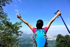 Благодарный альпинист женщины Стоковое Изображение RF