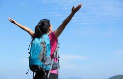 Благодарный горный пик альпиниста женщины Стоковая Фотография