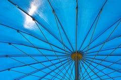Блески солнца через зонтик сада Стоковая Фотография