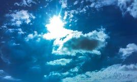 Блески солнца через облака Стоковая Фотография