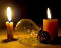 Блеск света свечи на лампочке накаливания стоковое изображение rf