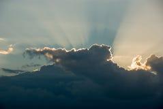 Блеск световых лучей через облака Стоковое Фото