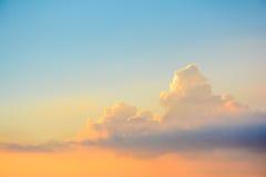 Блеск луча Солнця через темное облако в небе Стоковое Фото