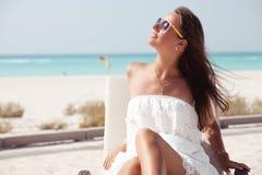 Блестящая дама на пляже стоковое фото