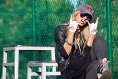 Блестящая девушка коромысла в стеклах и бейсбольной кепке Стоковая Фотография