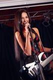 Блестящая девушка поя на этапе Стоковая Фотография