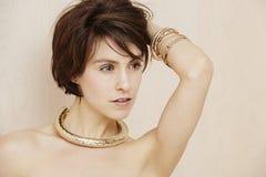 Блестящая женщина в ювелирных изделиях золота Стоковые Изображения RF