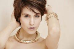 Блестящая женщина в ювелирных изделиях золота Стоковые Фотографии RF