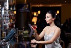 Блестящая женщина с коктеилем на ночном клубе или баре Стоковое фото RF