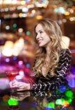 Блестящая женщина с коктеилем на ночном клубе или баре Стоковое Изображение