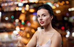 Блестящая женщина с коктеилем на ночном клубе или баре Стоковые Фотографии RF