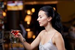 Блестящая женщина с коктеилем на ночном клубе или баре Стоковое Изображение RF