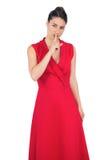 Блестящая модель в красном платье держа секрет стоковое изображение rf